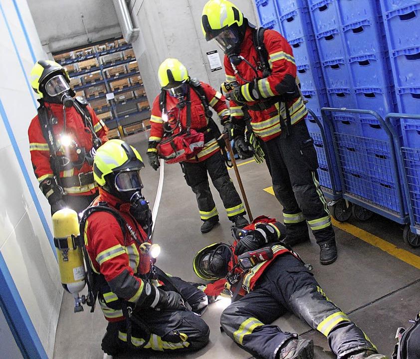 Ein verletzter Atemschutzträger wird v...nen Kameraden bei der Übung gerettet.   | Foto: Mario Schöneberg