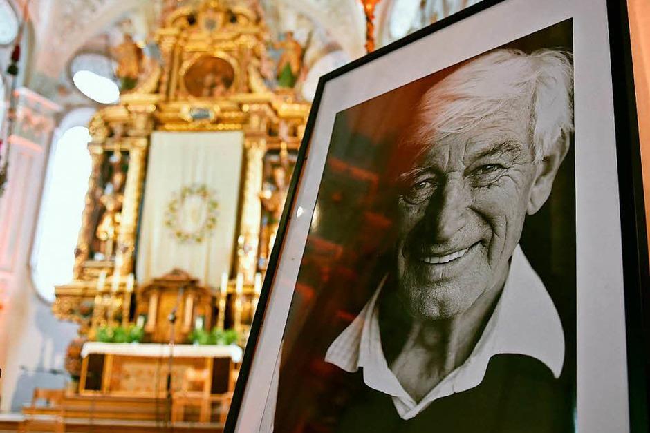 Ein Bild des Schauspielers Siegfried Rauch steht beim Gedenkgottesdienst in der Kirche. (Foto: dpa)