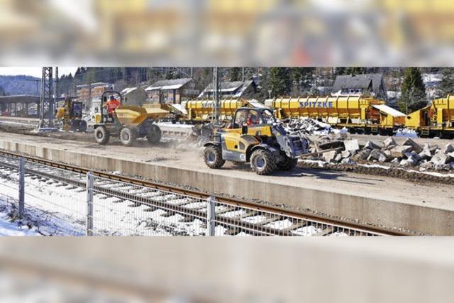 Schwere Maschinen zwischen den Gleisen