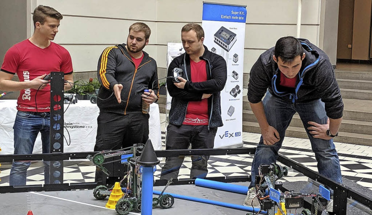 <BZ-FotoAnlauf>Gewerbeschule: </BZ-Fot...uf> Blick auf die Roboter im Spielfeld  | Foto: Schule