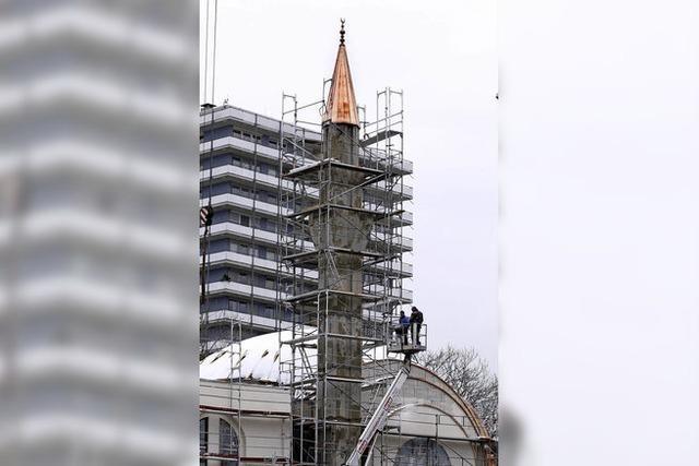 Die Spitze des Minaretts sitzt seit diesem Montag