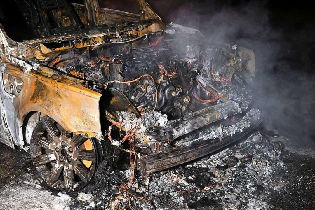 Die Feuerwehr konnte das Vollständige ausbrennen des Fahrzeugs nicht verhindern.    Foto: Wolfgang Künstle
