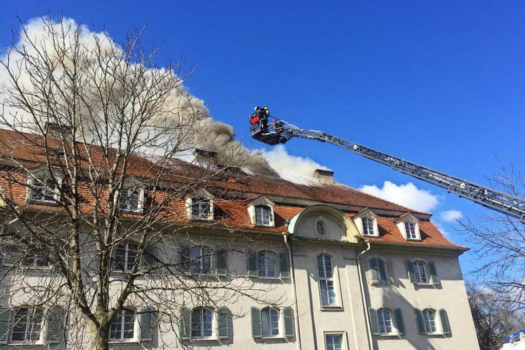 Die Feuerwehr versucht den Brand von der Drehleiter aus zu bekämpfen.  | Foto: Oliver Huber