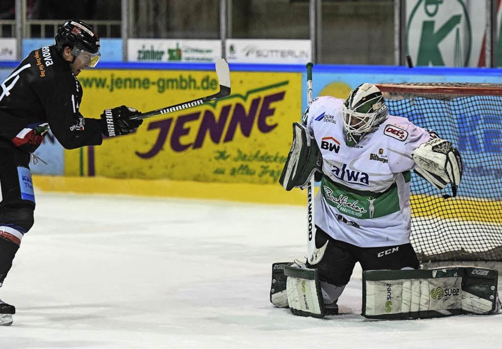 Eishockey-Torwart Ilya Sharipov (recht... in einem Spiel gegen den EHC Freiburg    Foto: Patrick Seeger/Ilona Schmid