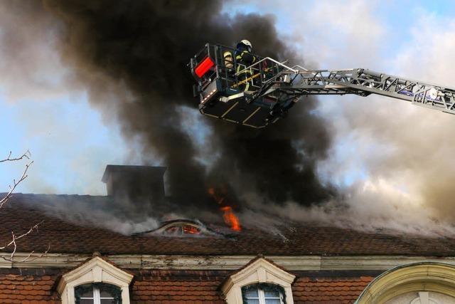 Dachstuhlbrand in Freiburg-Haslach gelöscht – Zwei Gebäude geräumt
