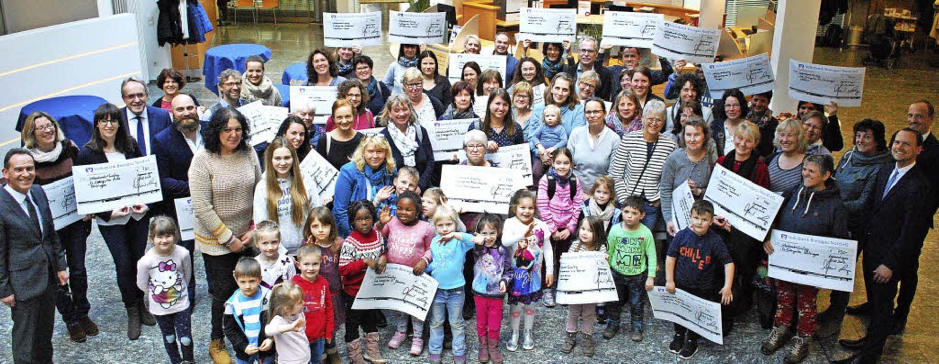 Über die Osterspende der Volksbank fre...chultis übergaben die Spendenschecks.   | Foto: Sylvia-Karina Jahn