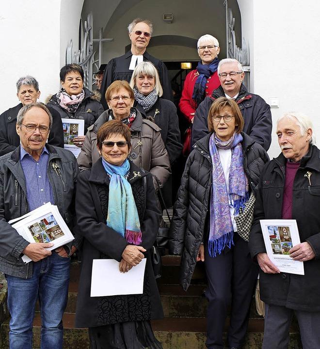 Die goldenen Konfirmanden der evangeli...ndingen mit Pfarrer Christoph Lauter.   | Foto: Helmut Hassler