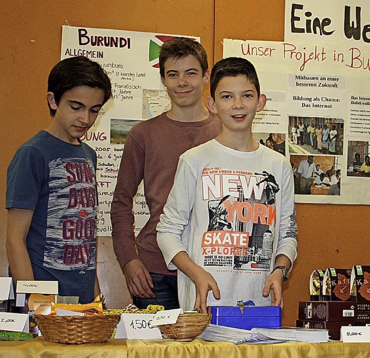 Faire Waren und Kaffee gab es beim Basar von den Schülern zu kaufen.  | Foto: Gabriele Fässler