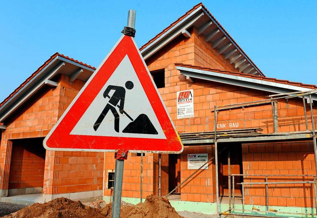 Der Bauherr will für sein Bauvorhaben ...n festgelegten Maßen für die Wandhöhe.  | Foto: dpa