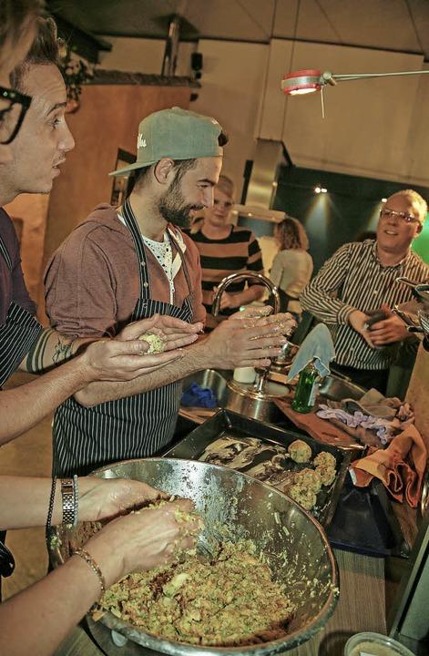 Küchenschlacht à la Ettenheim. Die &#8...tten beim Kochseminar sichtlich Spaß.   | Foto: SAndra DEcoux-Kone