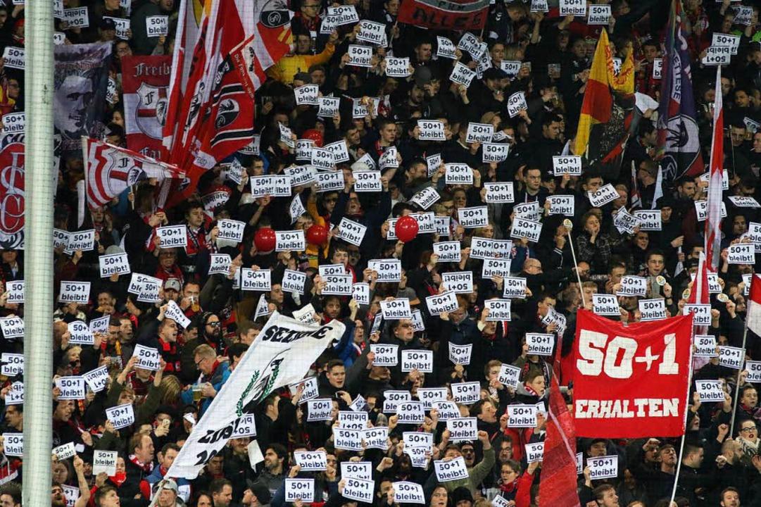 Fans des SC Freiburg protestieren beim...den VfB Stuttgart auf der Nordtribüne.  | Foto: Joachim Hahne