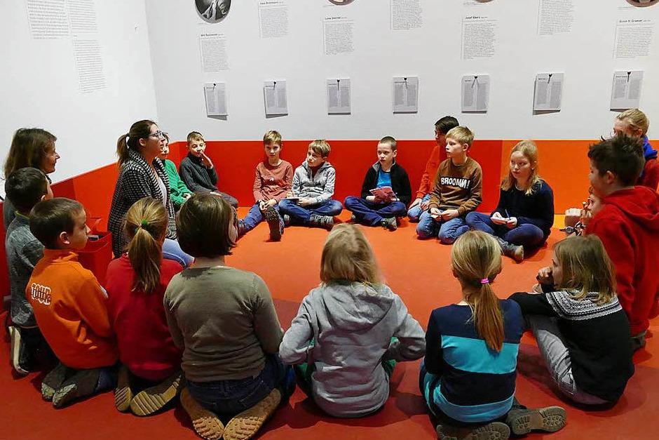 Museumspädagogin Beate Reutter (links) und die Kinder lernen sich kennen. (Foto: Selina Junghäni)