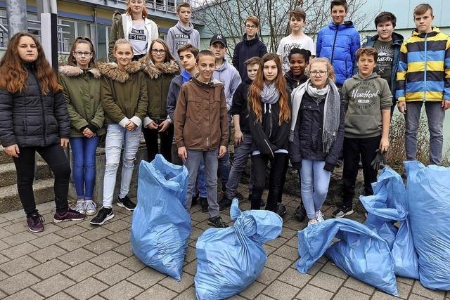 Fleißige Schüler rücken dem Müll zu Leibe
