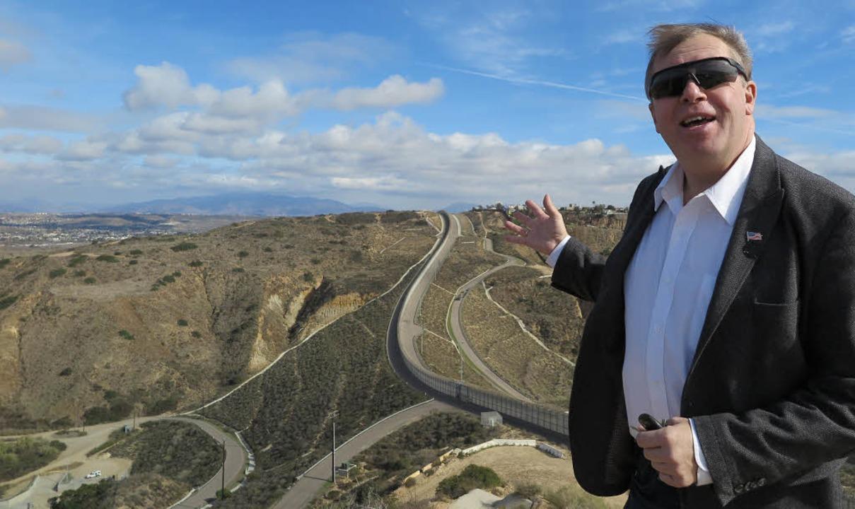 Christopher Harris von der Gewerkschaf...den Grenzverlauf. Links:  Juan Lozano   | Foto: Herrmann(4)/dpa(2)