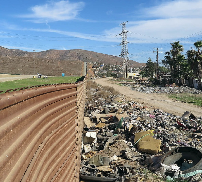 Grenzzaun aus alten Panzerplatten bei Tijuana  | Foto: Maren Hennemuth