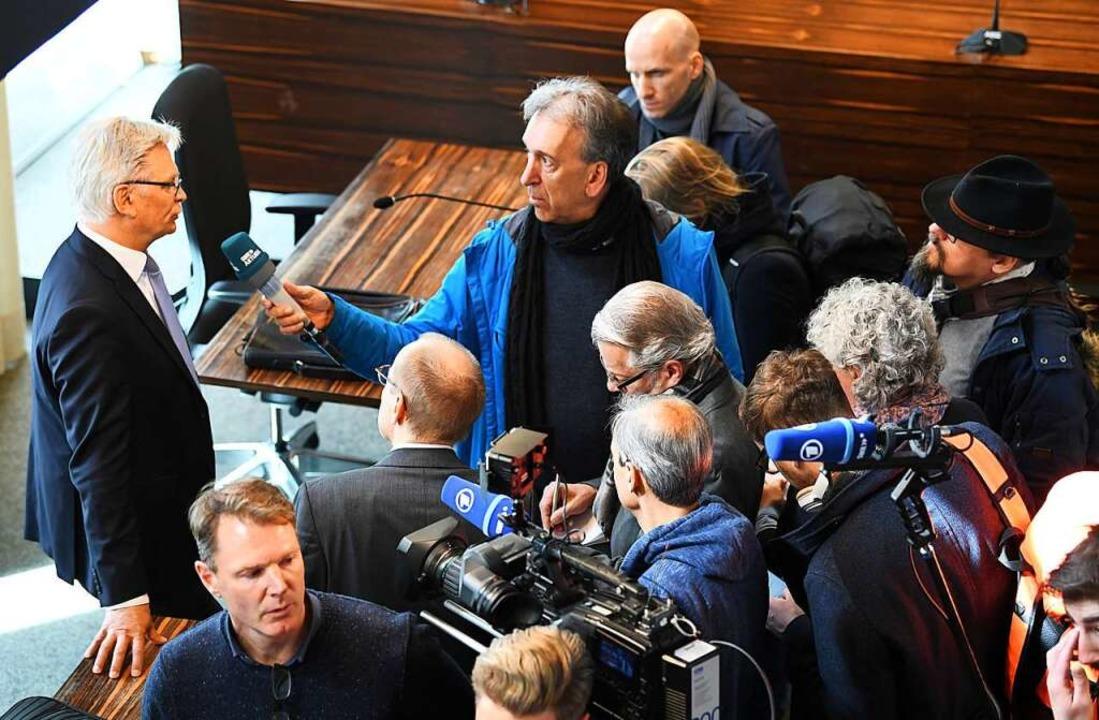 Oberstaatsanwalt Eckart Berger wird na...rteil von Medienvertretern interviewt.  | Foto: dpa