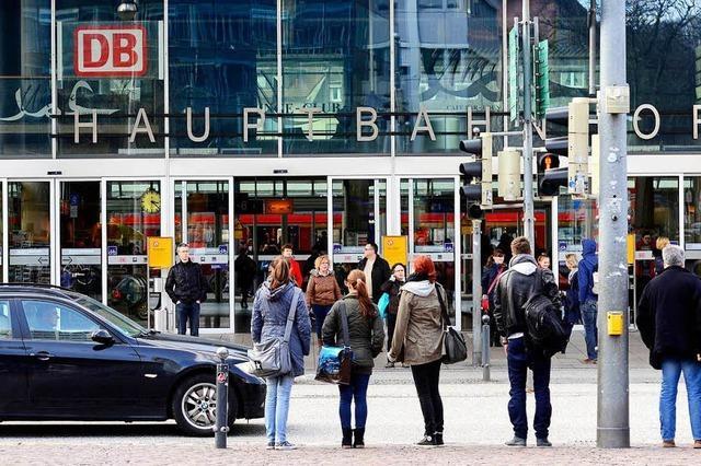 Radfahrerin muss nach Unfall mit ortsfremdem Bus am Hauptbahnhof in die Klinik