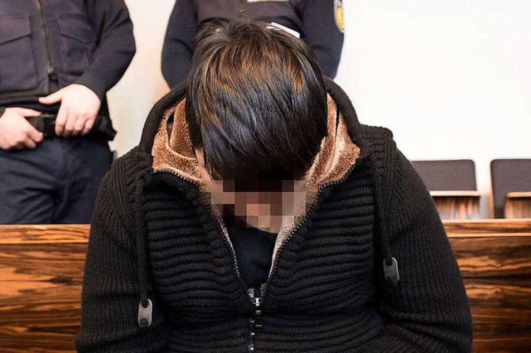Hussein K. in charakteristischer Haltu...am Donnerstag im Landgericht Freiburg.    Foto: AFP