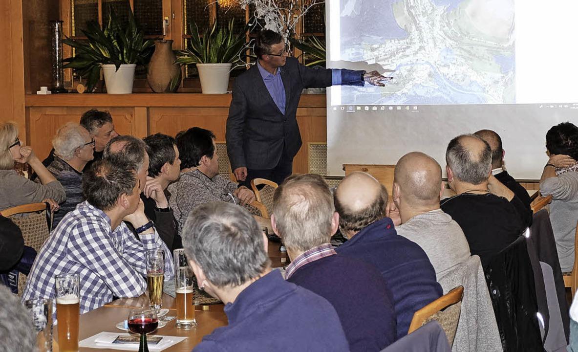 Bürgermeister Joachim Burger erläutert...ndgebieten sehr schwer machen werden.     Foto: Dietmar Noeske