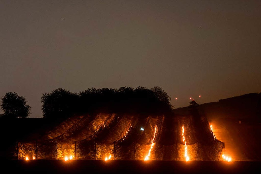 2017 arbeitete Joel Siegel mit riesigen Kerzen gegen den Frost an.  | Foto: dpa