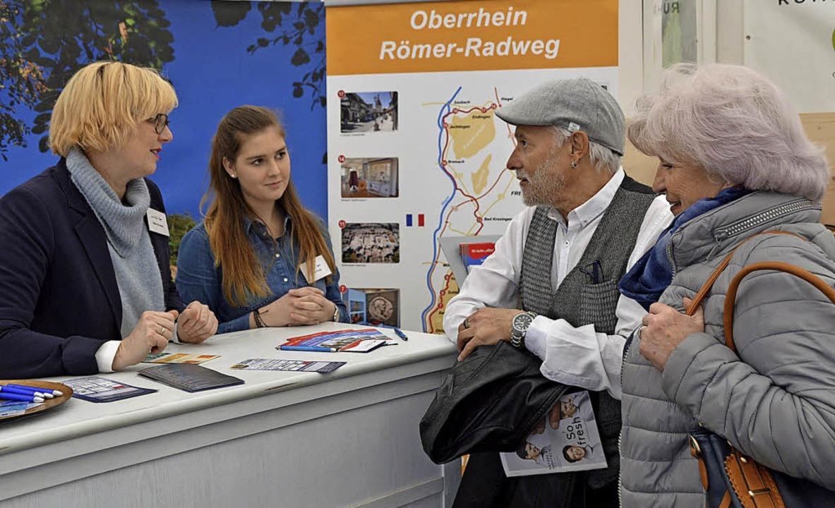Silke d'Aubert (links) und Daria Suda im Gespräch mit Besuchern  | Foto: Horatio Gollin