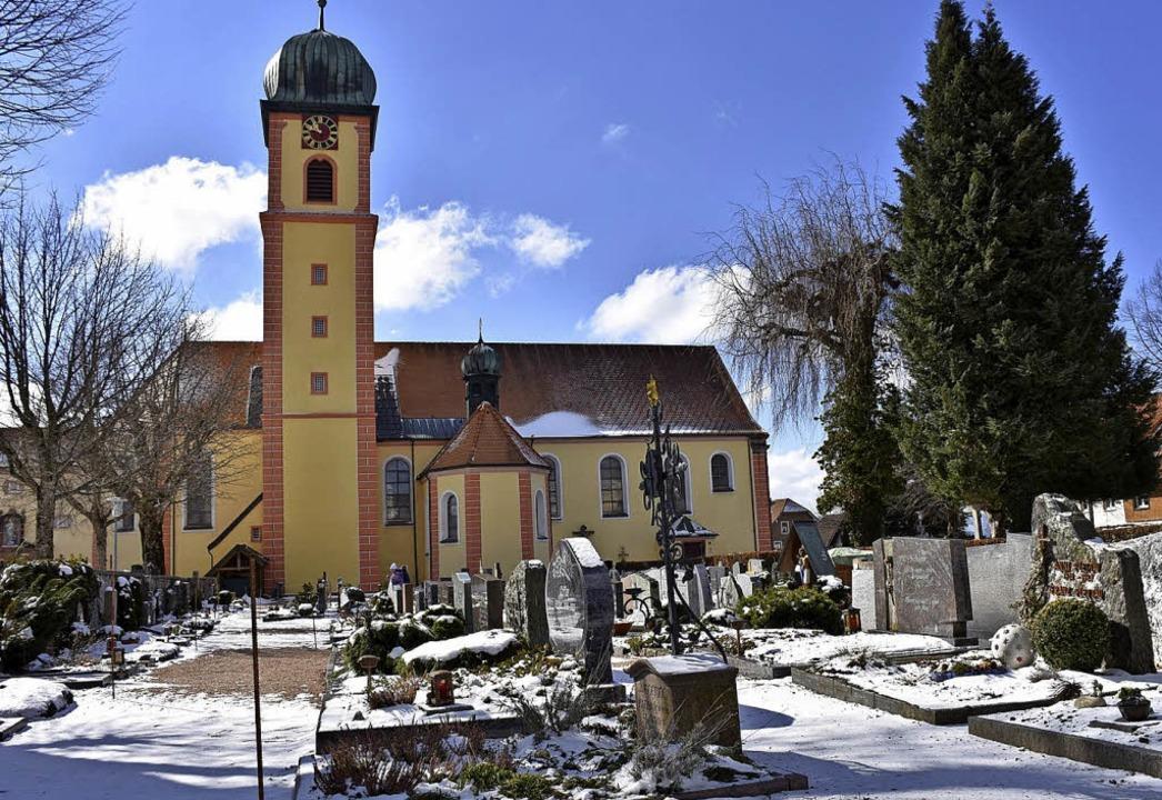 Ein Erdurnensystem mit Edelstahlröhren...ig auf dem Friedhof St. Märgen geben.     Foto: Thomas Biniossek