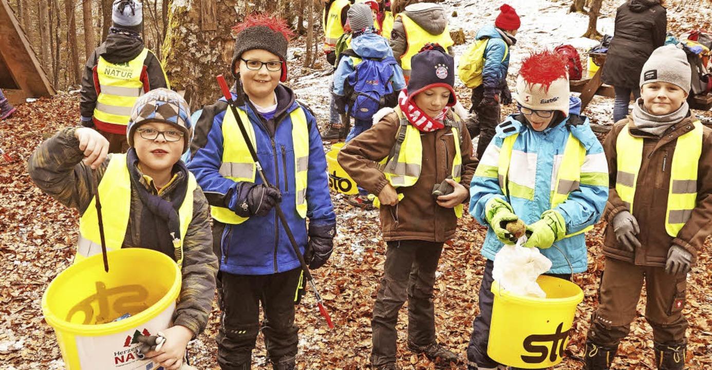 Jedes Kind präsentierte am Ende der Waldputzete stolz seine Funde.     Foto: Verena Wehrle