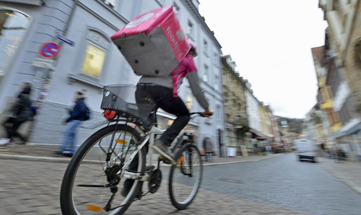 Marvin unterwegs als Fahrer für Foodor...nn er mit seiner lila Box vorbeifährt.  | Foto: Michael Bamberger