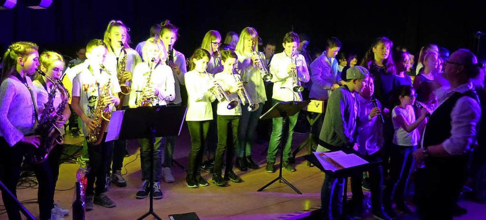 Zum Abschluss musizierten alle jungen Künstler  gemeinsam auf der Bühne.    Foto: Susanne Bremer