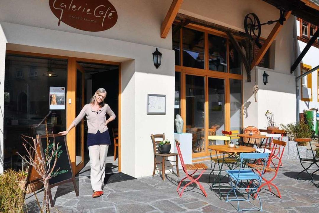 Astrid Towers empfängt ihre Gäste auch im Außenbereich.    Foto: Jutta Schütz