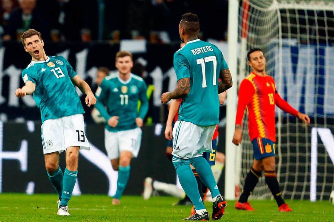 Thomas Müller (links) freut sich mit s...k über seinen schönen Treffer zum 1:1.  | Foto: dpa