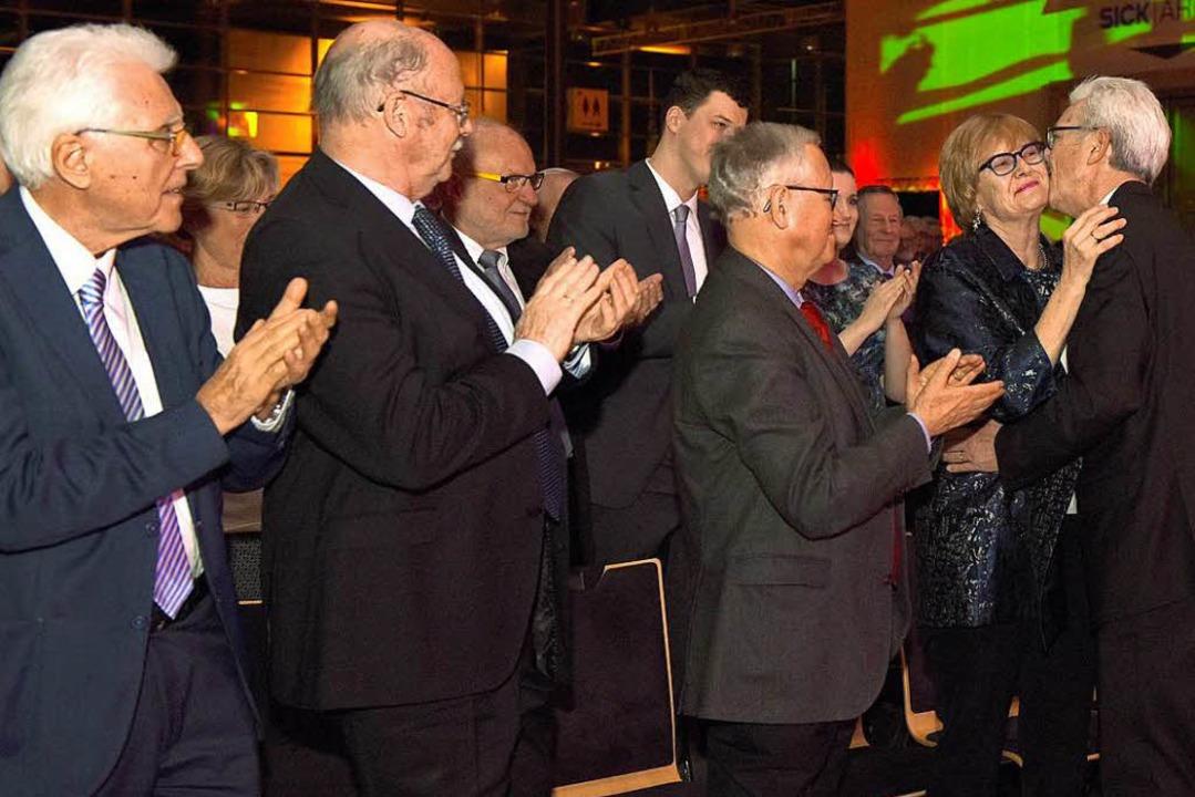 Otto Neideck herzt Frau Ulrike unter d...germeister Hansjörg Seeh (von rechts).  | Foto: Rita Eggstein