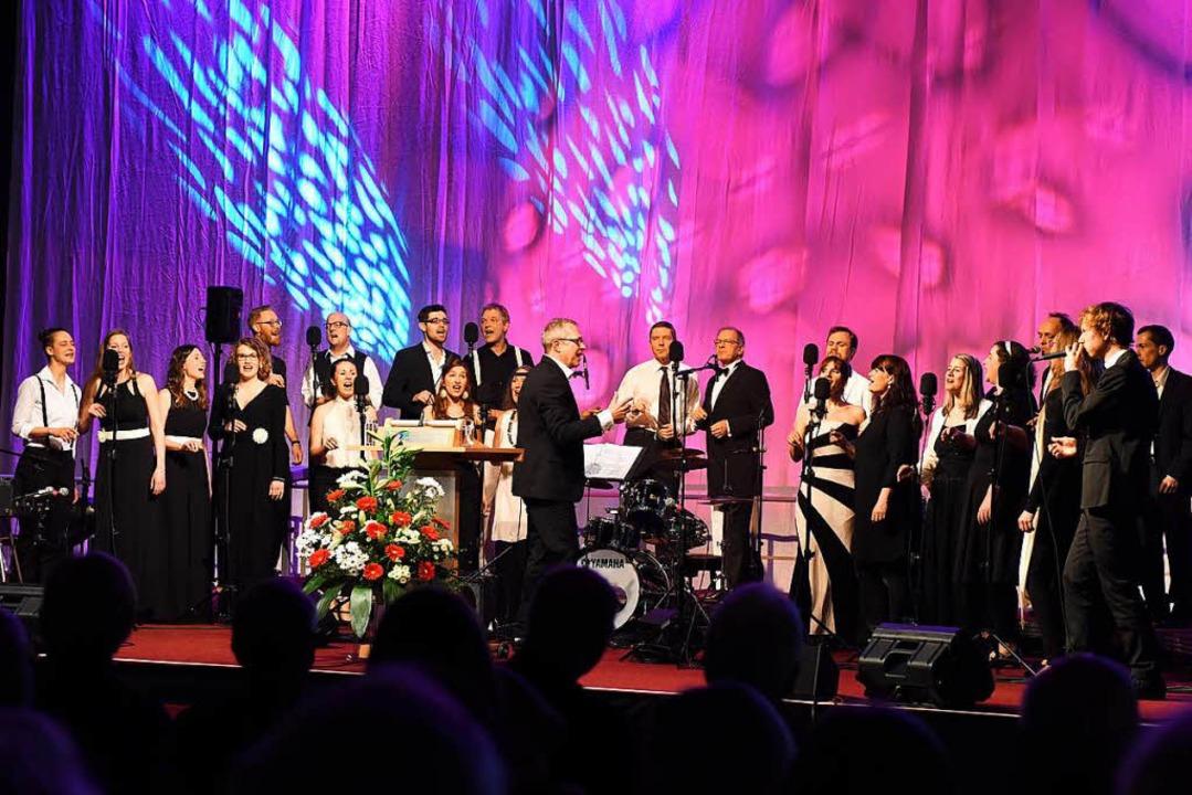 Der Jazzchor unter Leitung von Bertran...le des Gutachterausschusses vorkommen.  | Foto: Rita Eggstein
