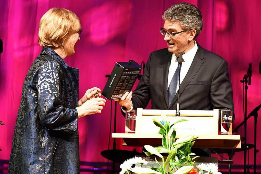 Ulrike Neideck bekommt einen Kopfhörer... Mann Otto spielt neuerdings Saxophon.  | Foto: Rita Eggstein