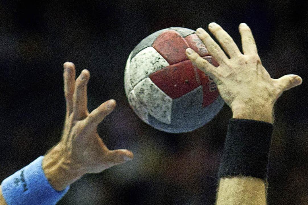 Bei einem Handball-Kreisligaspiel stre...schaft  mit einem Faustschlag nieder.   | Foto:  dpa