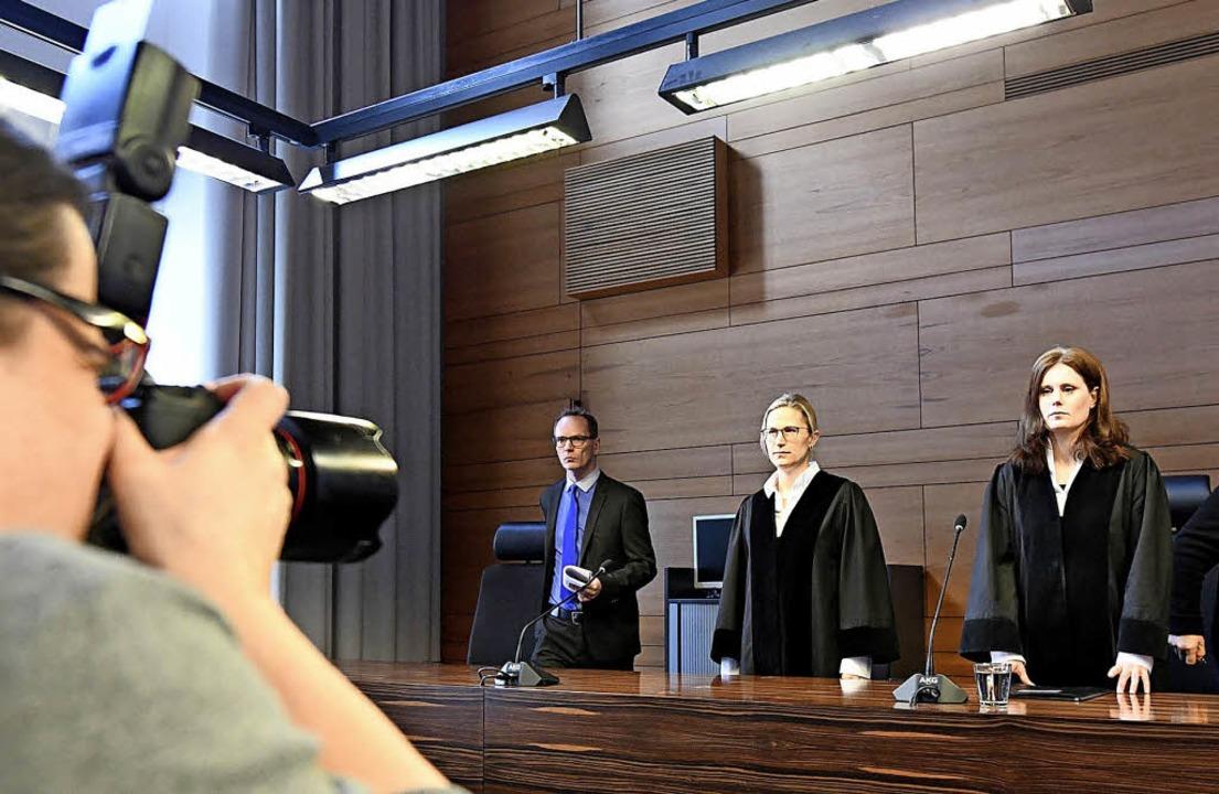 Richterin Kathrin Schenk (rechts) vor der Urteilsverkündung am Donnerstag.  | Foto:  dpa