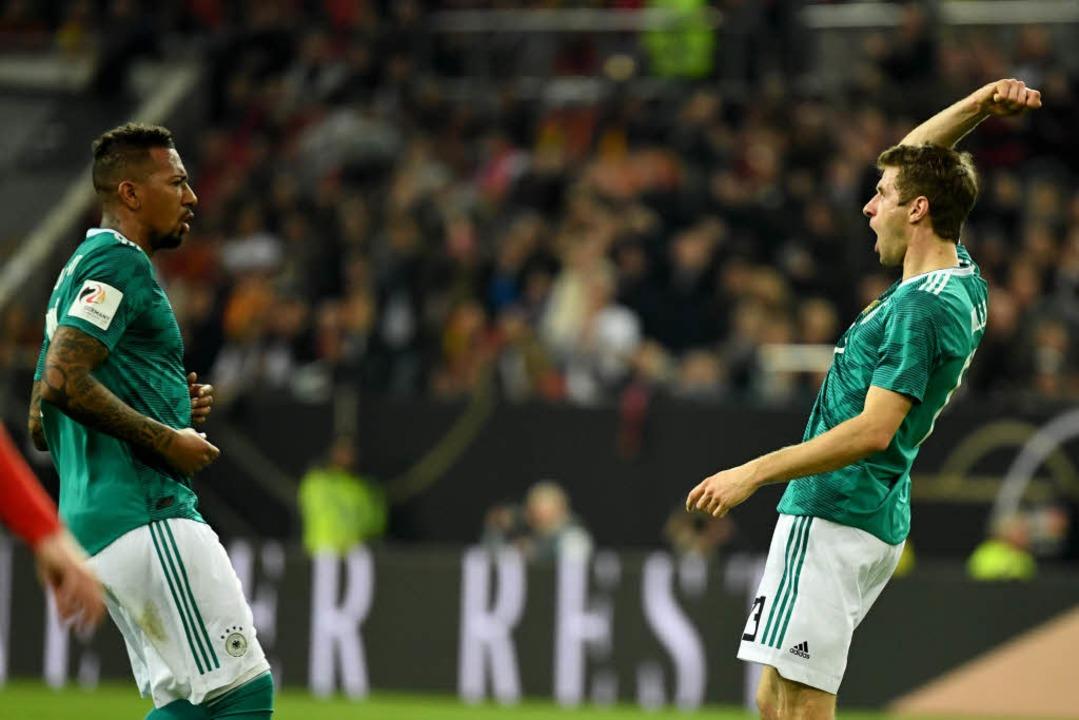 Torschütze Thomas Müller (r) jubelt mi...e Boateng über seinen Treffer zum 1:1.  | Foto: dpa