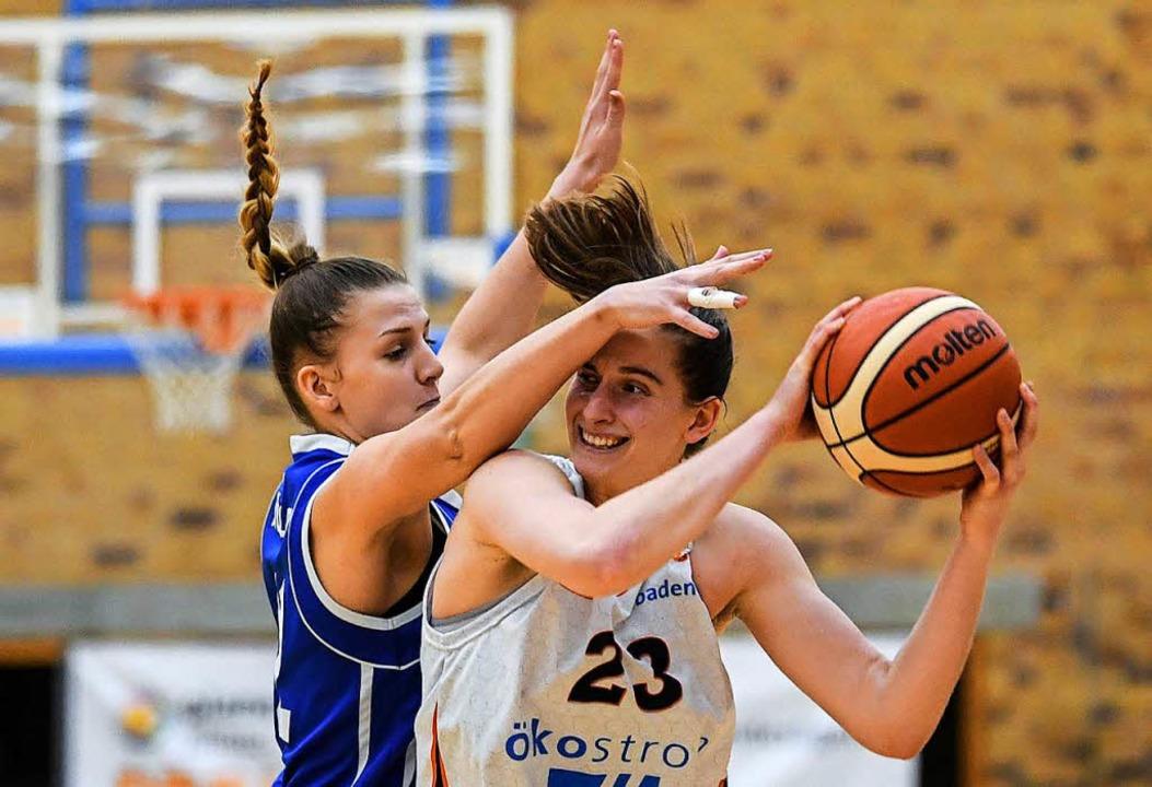 USC-Spielerin Kelly Hughes (rechts) wird hart bedrängt von Lara Müller.  | Foto: Patrick Seeger