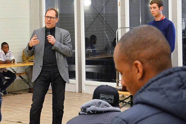 BZ-Chefredakteur Thomas Fricker im Gespräch mit Flüchtlingen