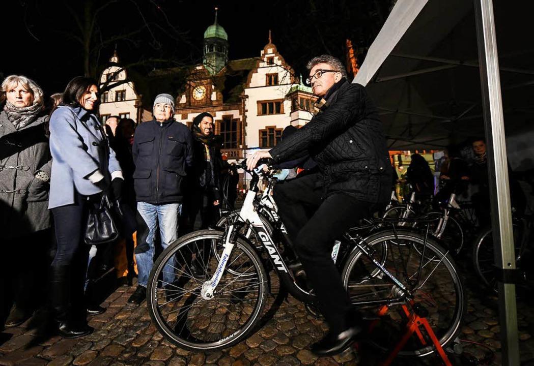 Der Freiburger Oberbürgermeister Diete... Beleuchtung einer Chorstunde genutzt.  | Foto: dpa