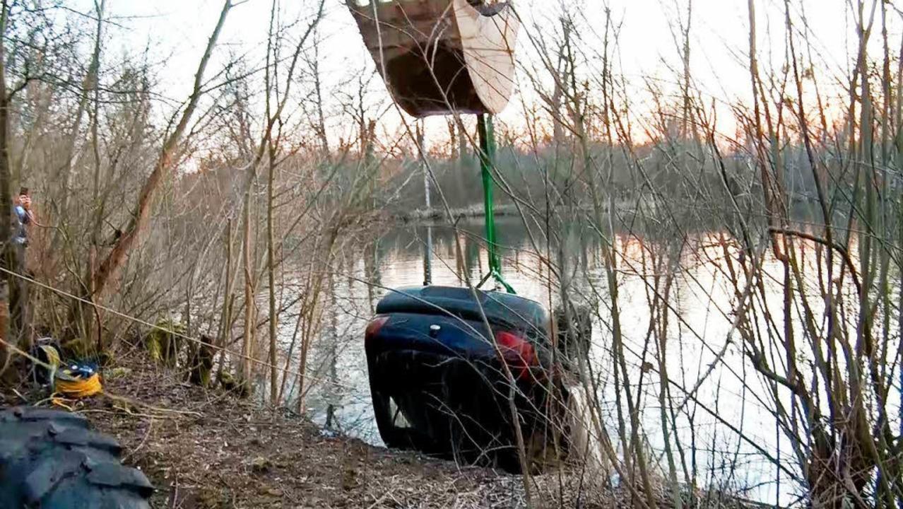 Ein Bagger zog den Wagen aus dem See.    Foto: Wolfgang Künstle