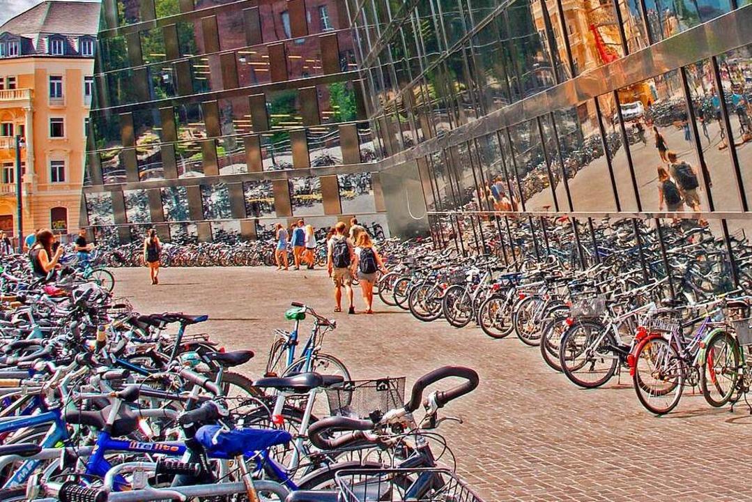 Wildes Parken vor der neuen UB: Bald s...ger Innenstadt mehr Stellplätze geben.  | Foto: Hans-Jürgen Speck