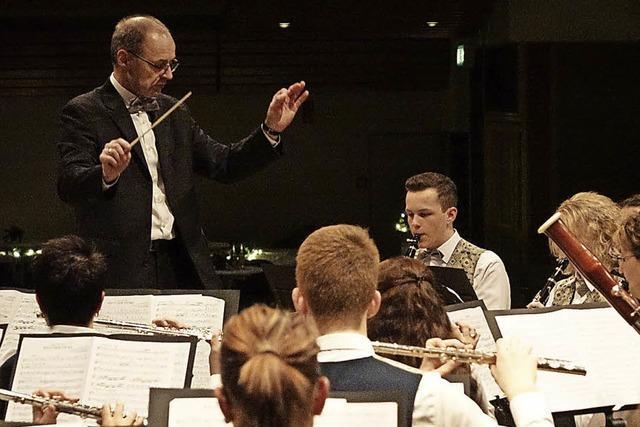 Doppelter Orchester-Einsatz vor ziemlich leeren Rängen