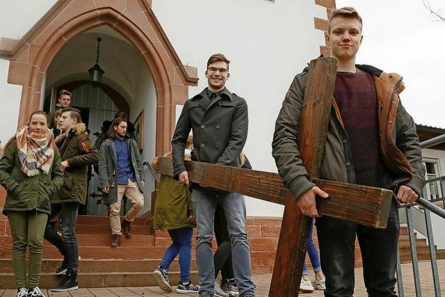 Jugendliche tragen das Kreuz