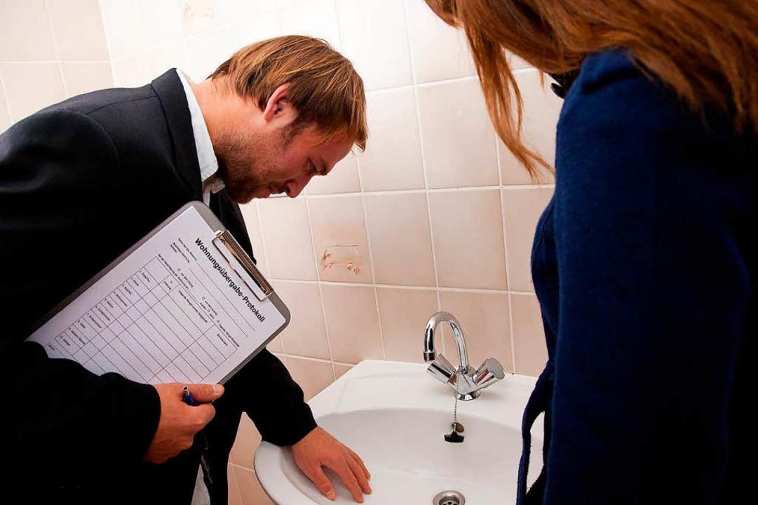 Ist das Waschbecken in Ordnung?Gibt e...en, sollten sie dokumentiert  werden.   | Foto: Kai Remmers (dpa)