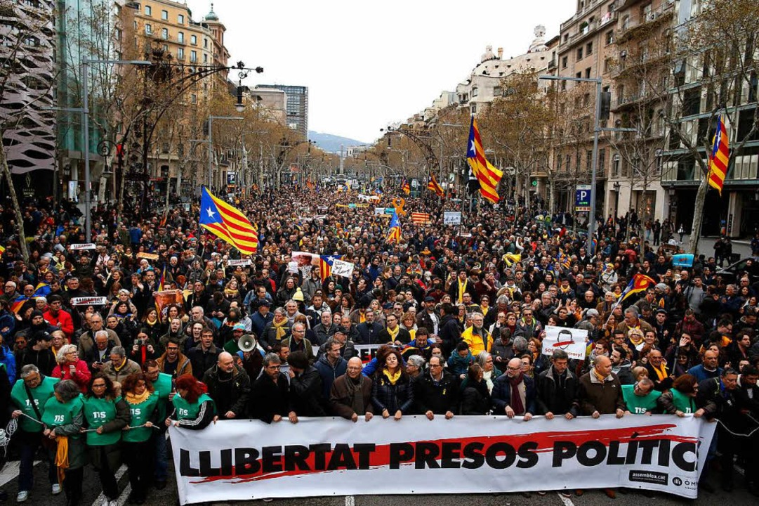 Zahlreiche Menschen protestierten am S...inisterpräsidenten, Carles Puigdemont.  | Foto: dpa