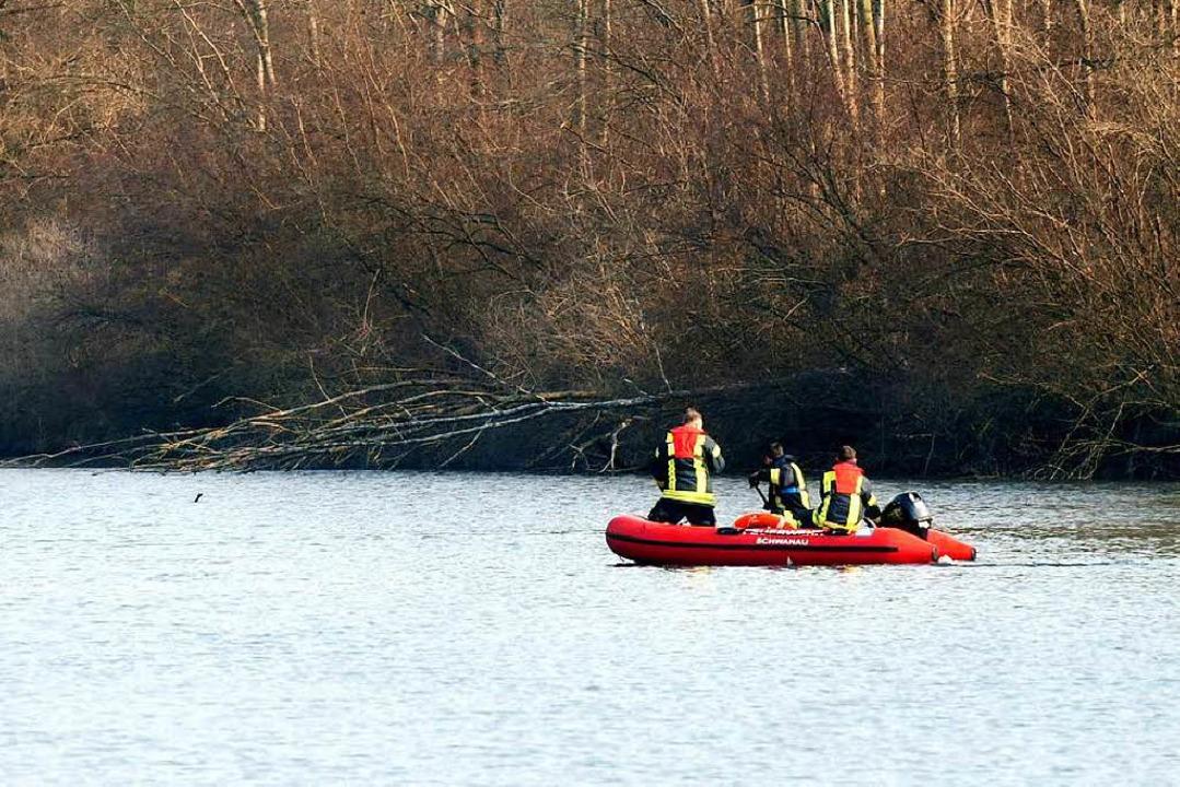 Rettungskräfte der Feuerwehr Ottenheim...nachmittag auf dem Rheinarm im Einsatz  | Foto: Wolfgang Künstle