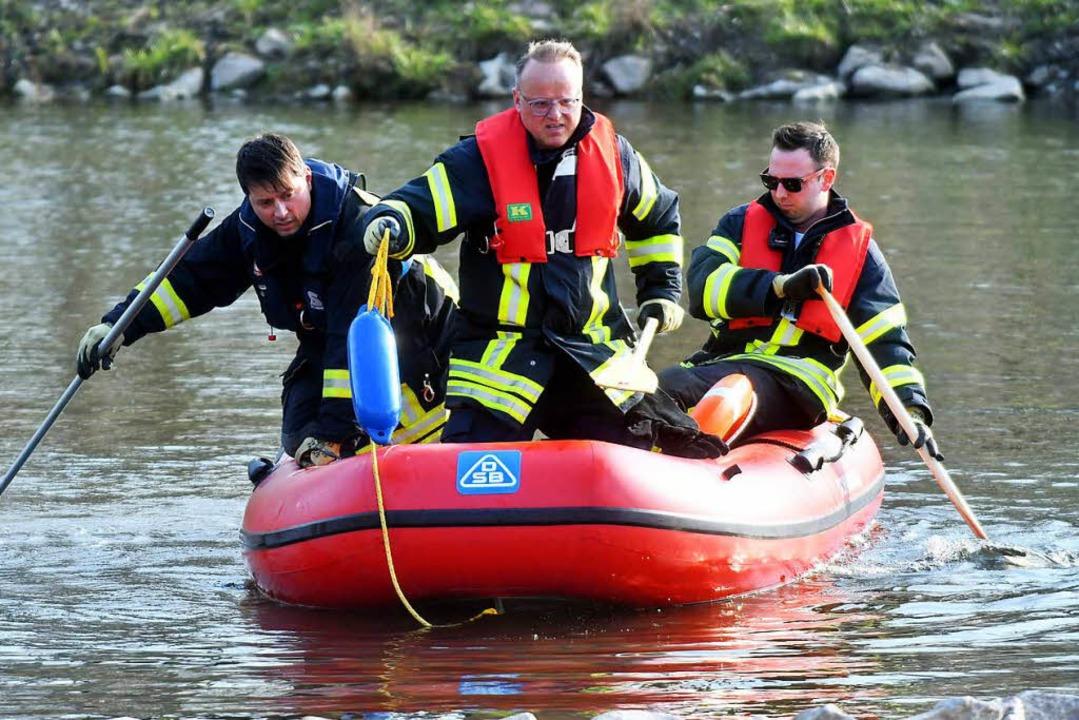 Kurz zuvor hatte ein Kanufahrer die Leiche im Wasser entdeckt.  | Foto: Wolfgang Künstle