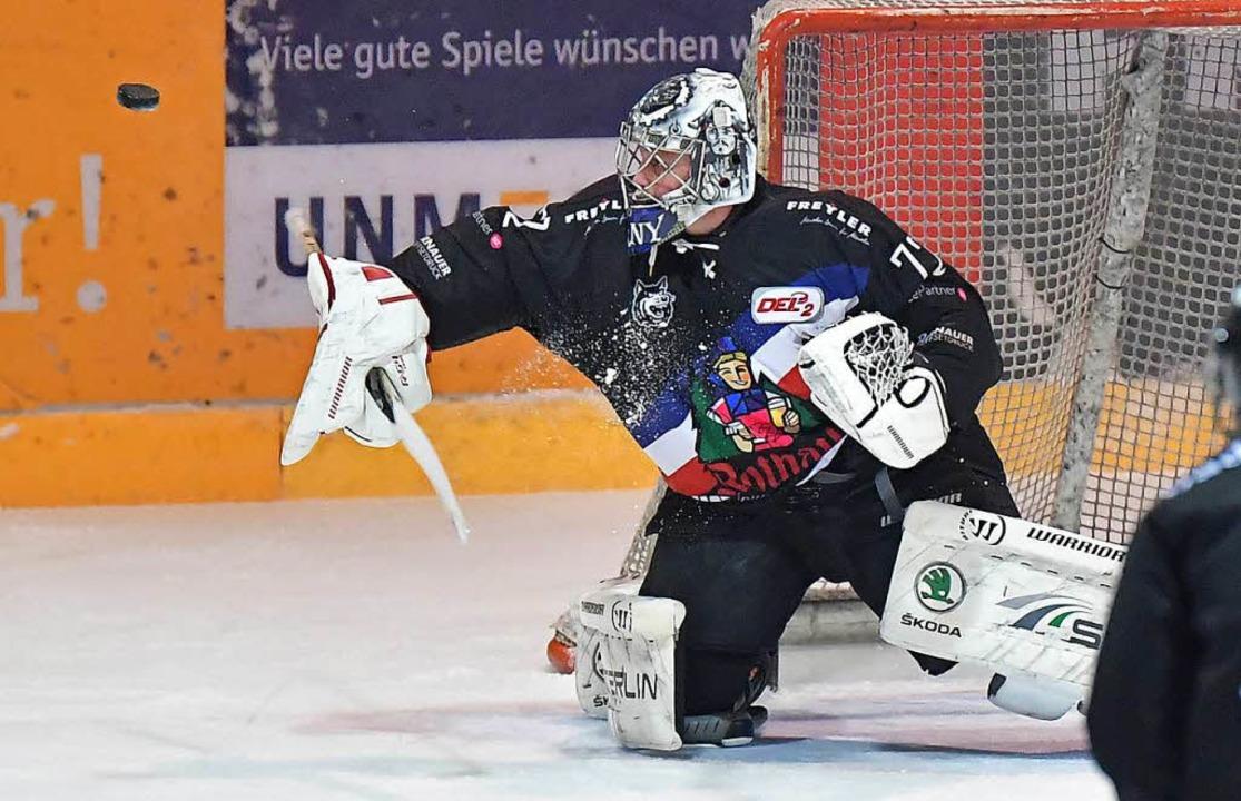 Ihm flog der Puck am Sonntag in Bad Tö...eim Stand von 0:4 ausgewechselt wurde.  | Foto: Achim Keller