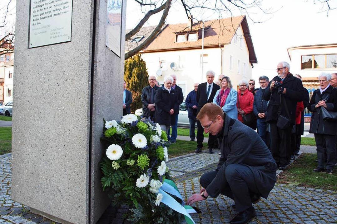 Bürgermeister Thomas Gedemer beim Gede...n und ermordeten Herbolzheimer Bürger.  | Foto: Michael Haberer